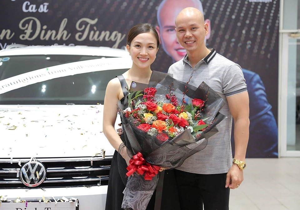 Phan Đình Tùng và vợ là Thái Ngọc Bích bên cạnh chiếc Volkswagen Tiguan Allspace 2019