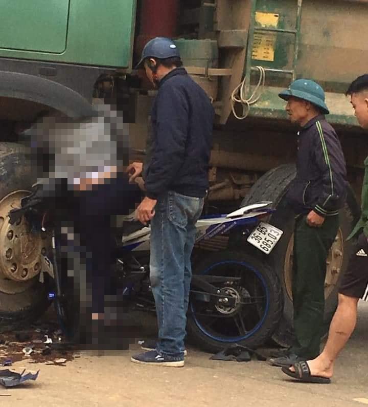 Nhiều người tập trung tại hiện trường vụ tai nạn (Ảnh:Facebook)