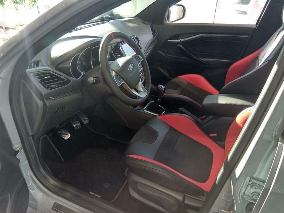 Nội thất bên trong Lada Vesta khá đơn giản nhưng ở bản Sport sẽ ấn tượng hơn với bộ ghế thể thao bọc da lộn