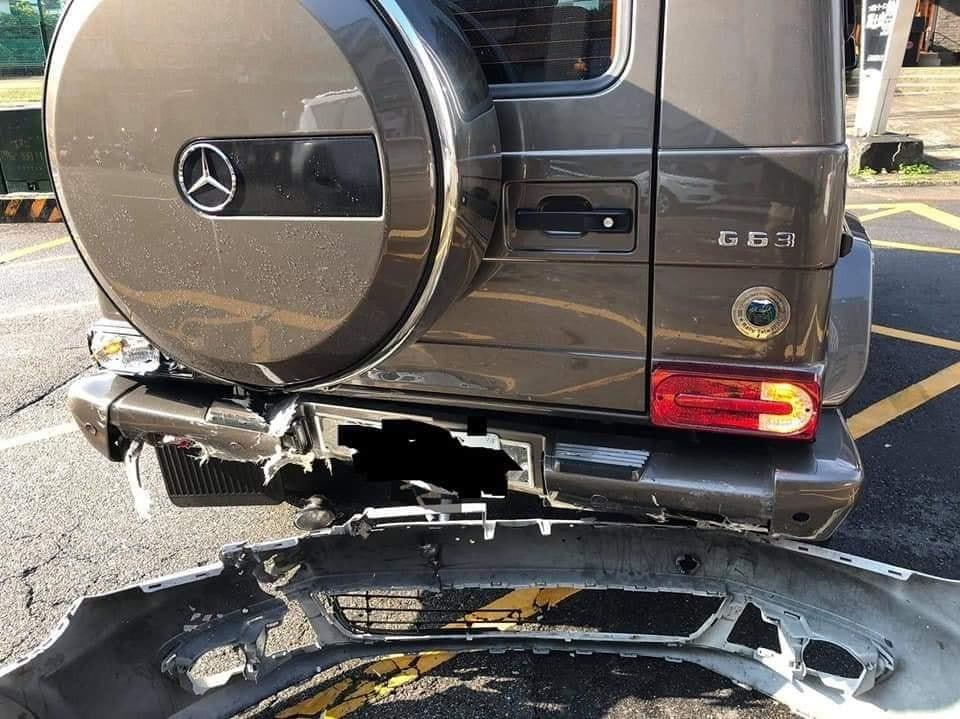 Cản va trước của Volkswagen Golf Mk6 còn dính chặt vào cản va sau của Mercedes-Benz G63 AMG