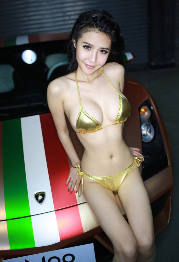 Tròn mắt ngắm người mẫu diện bikini màu vàng nhỏ xíu bên chiếc Lamborghini