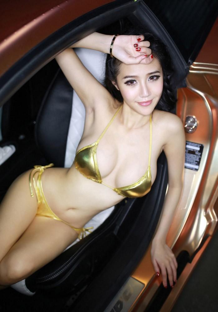Tròn mắt ngắm người mẫu diện bikini màu vàng nhỏ xíu bên chiếc Lamborghini - 6