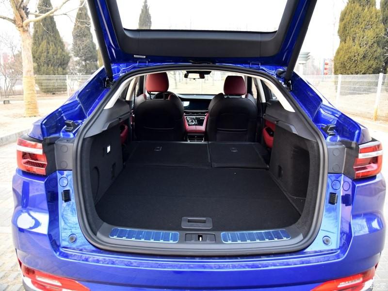 Ghế sau của Changan CS85 Coupe có thể gập xuống để tăng thể tích khoang hành lý