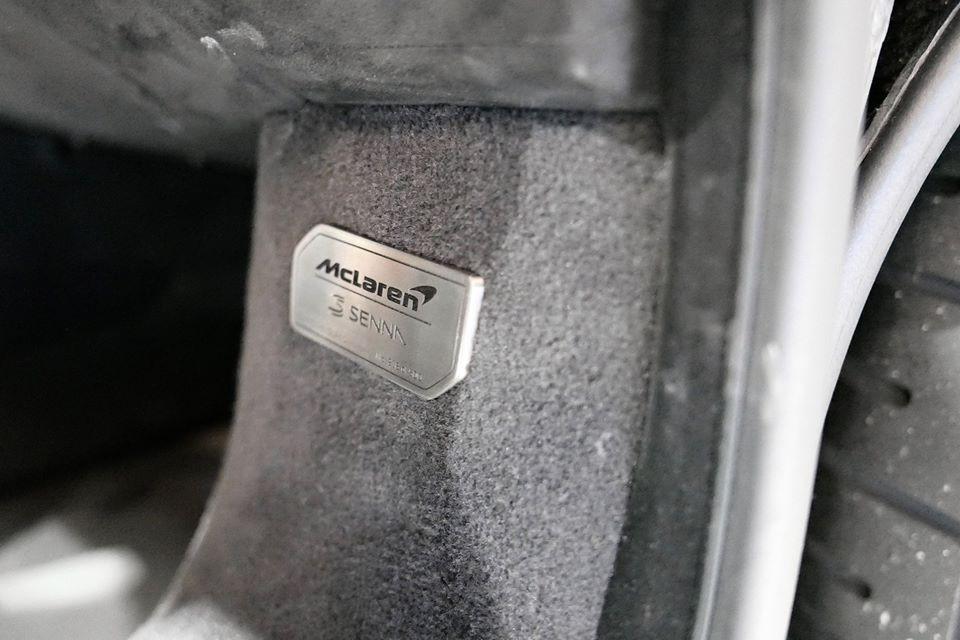 Huy hiệu để nhận biết đây là 1 trong 500 chiếc McLaren Senna trên toàn thế giới