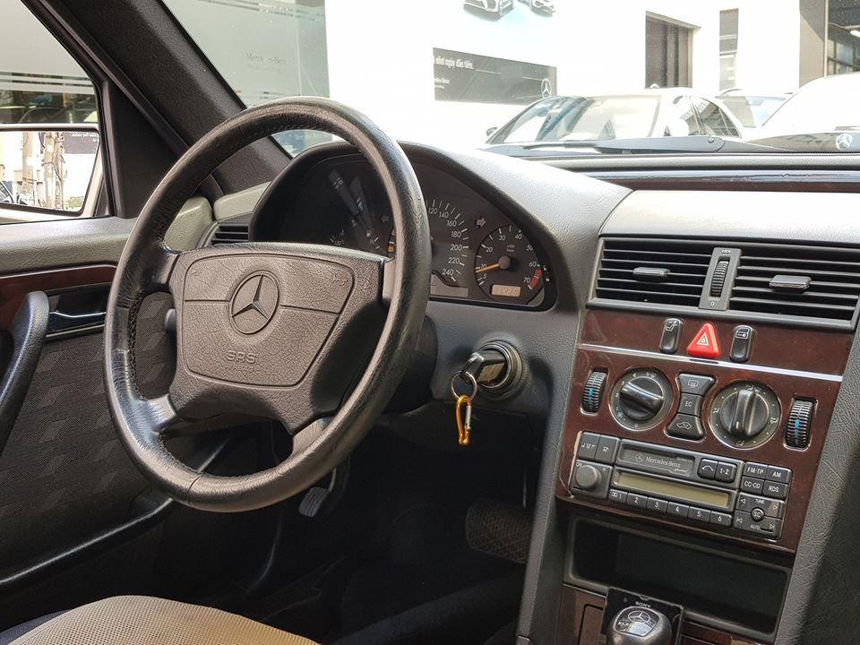 Cận cảnh khoang lái chiếc Mercedes-Benz C230 thế hệ W202 đang gây không ít sự chú ý trên mạng xã hội