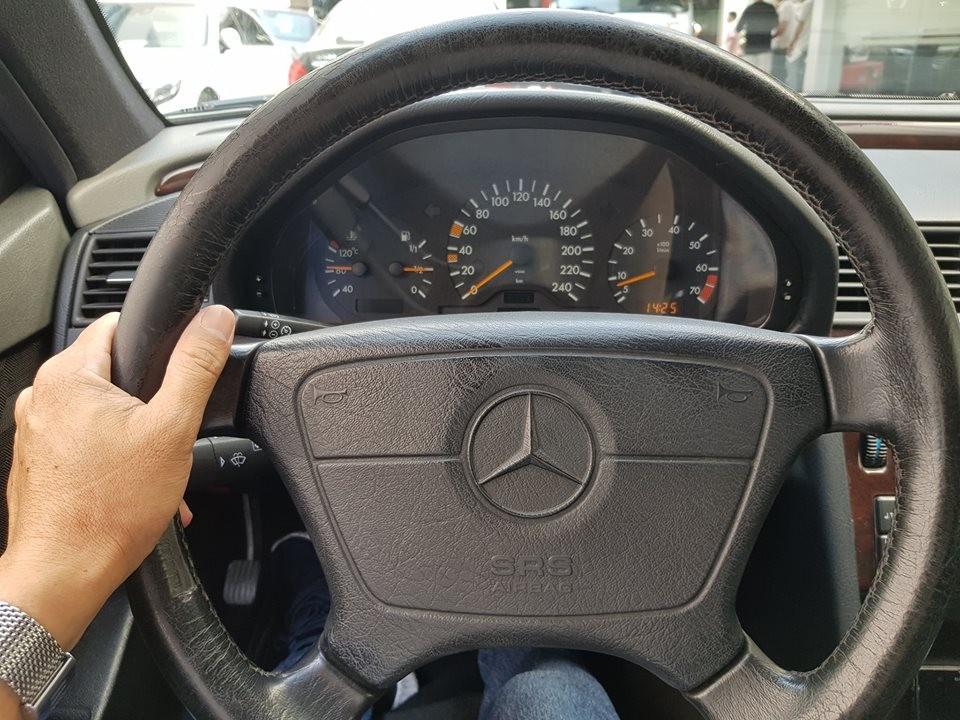Chiếc Mercedes-Benz C230 thế hệ W202 này sử dụng động cơ 4 xi-lanh mang mã M111