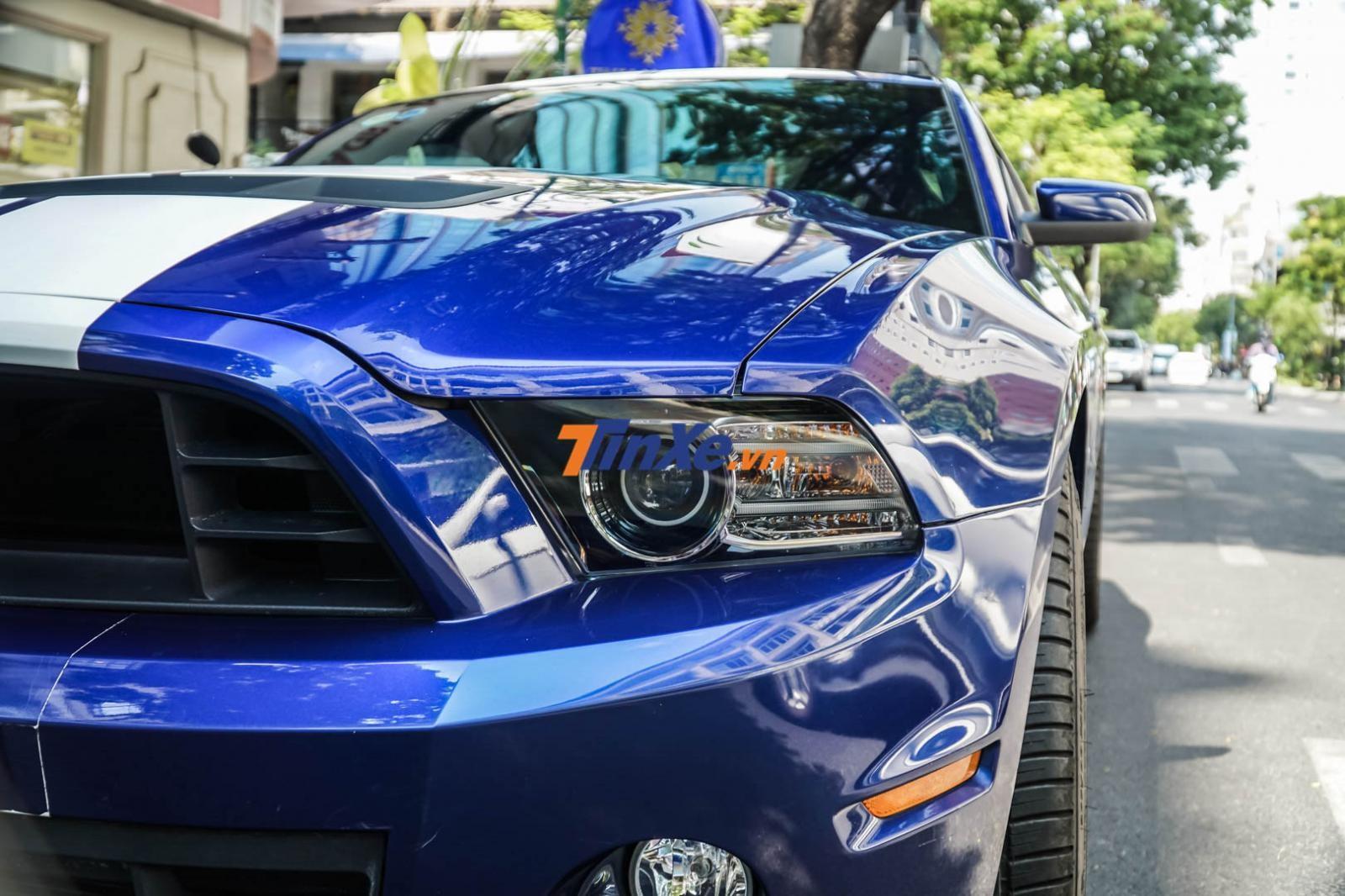Cặp đèn pha cho biết chiếc Ford Mustang Shelby GT500 này thuộc đời 2013
