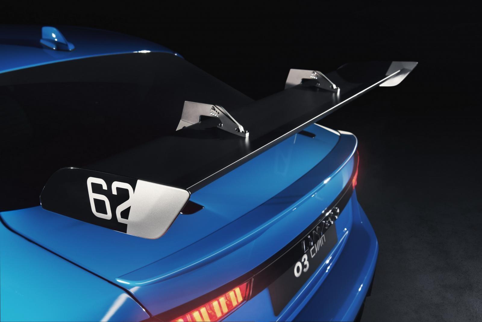 Phía sau xe có gắn một cánh gió lớn để cải thiện chỉ số khí động học