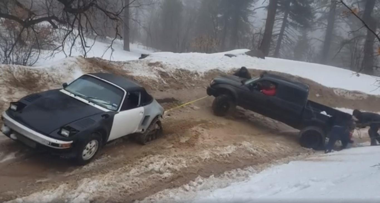 Chiếc Porsche 911 kéo thành công chiếc Toyota Tacoma ra khỏi bùn