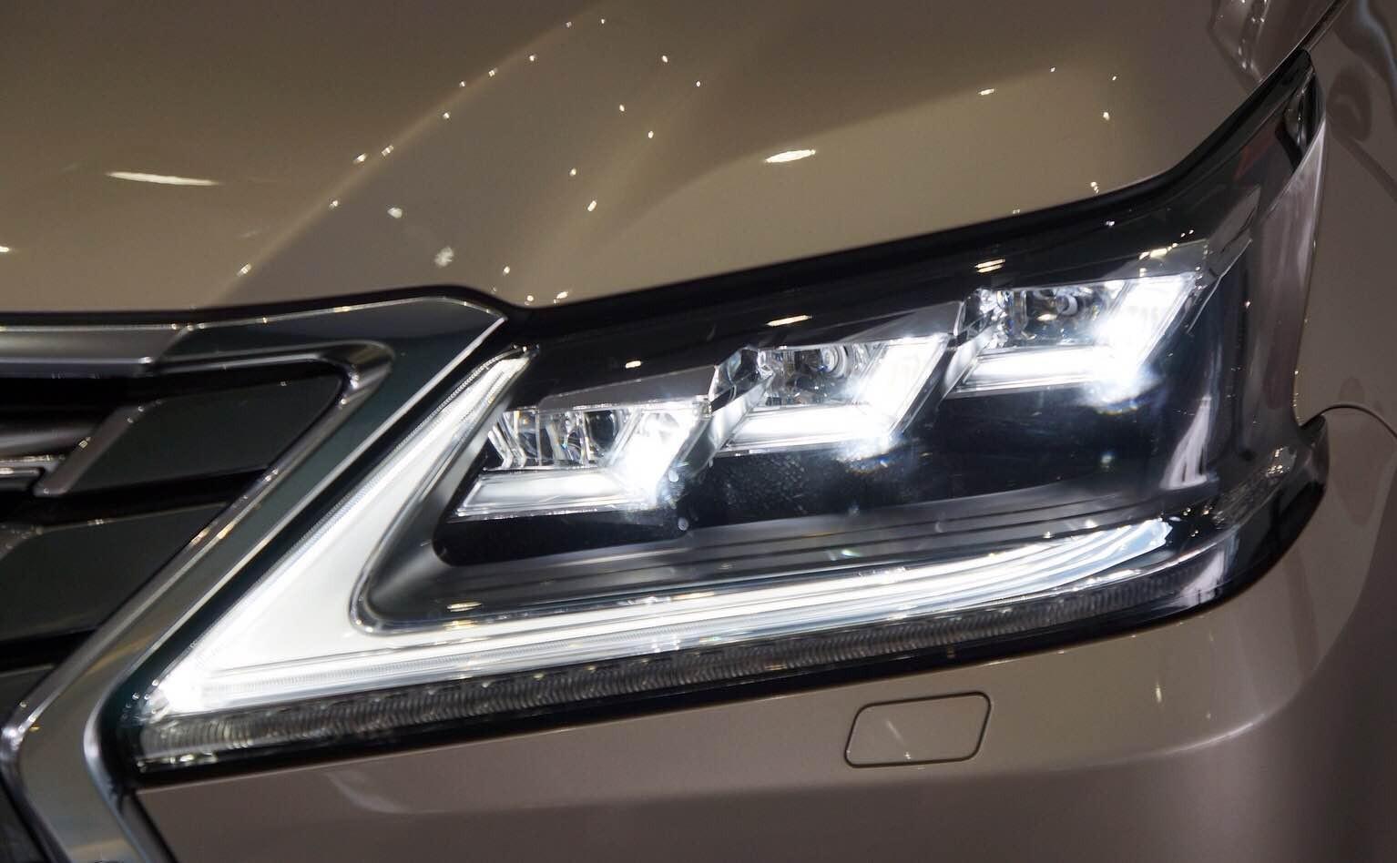 Thiết kế đèn pha 3 bóng LED cùng dải đèn LED định vị ban ngày đặc trưng của thương hiệu xe sang Nhật Bản đang được áp dụng mạnh mẽ trong thời gian gần đây