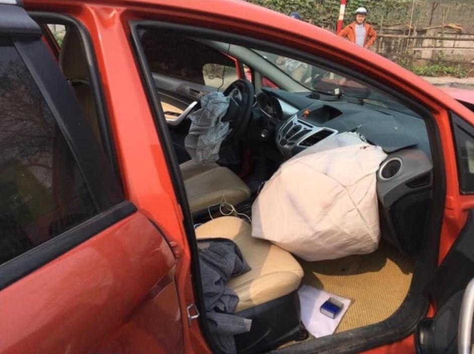2 túi khí trước của chiếc Ford Fiesta bung ra
