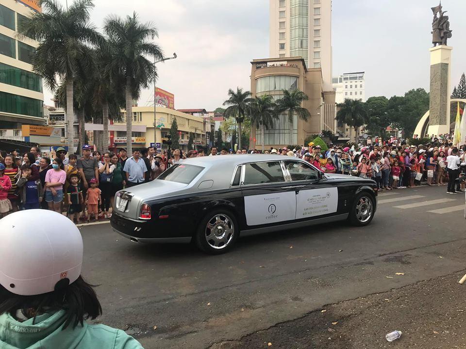Chủ tịch Trung Nguyên còn điều động 1 chiếc Rolls-Royce Phantom khác tham dự Lễ hội cà phê Buôn Ma Thuột
