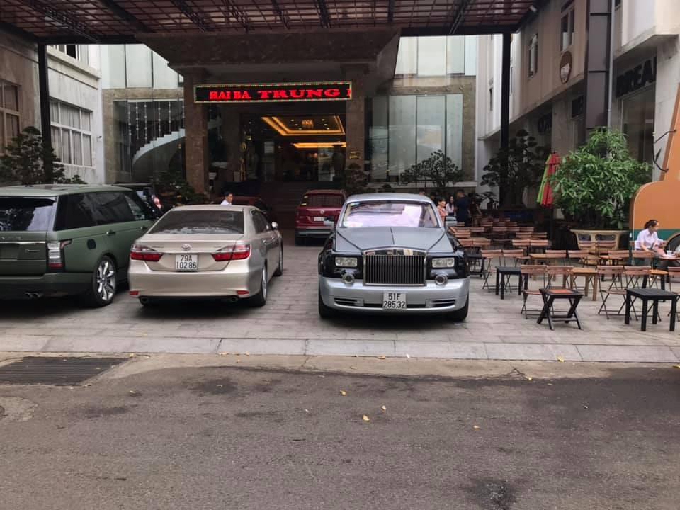 Chiếc Rolls-Royce Phantom này cùng Range Rover SVAutobiography túc trực tại khách sạn ở đường Hai Bà Trưng, Buôn Ma Thuột nơi các Hoa hậu và Á hậu nghỉ ngơi