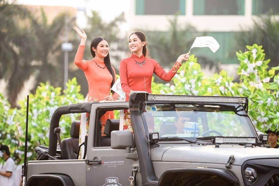 Hoa hậu Ngọc Hân cùng Hoa hậu Tiểu Vy đứng trên chiếc Jeep Wrangler