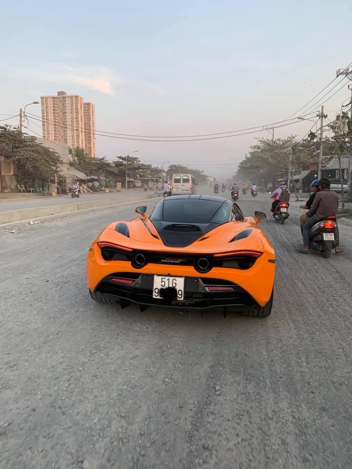 Siêu xe McLaren 720S màu cam mới bị bắt gặp trên con đường bụi mù mịt và đầy đá dăm