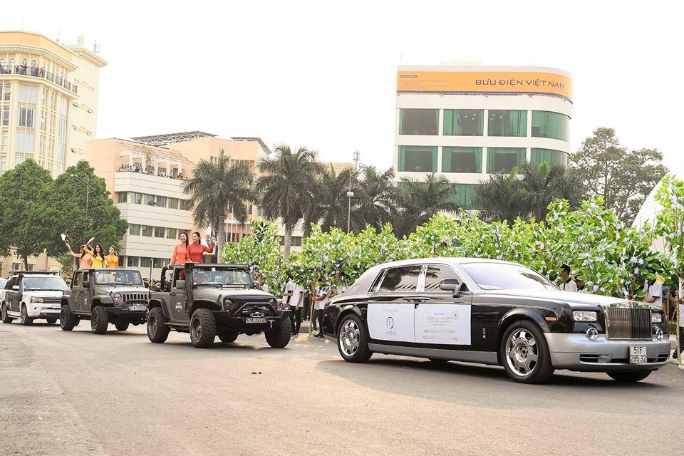 Đi đầu là Rolls-Royce Phantom và theo sau là 2 chiếc Jeep Wrangler