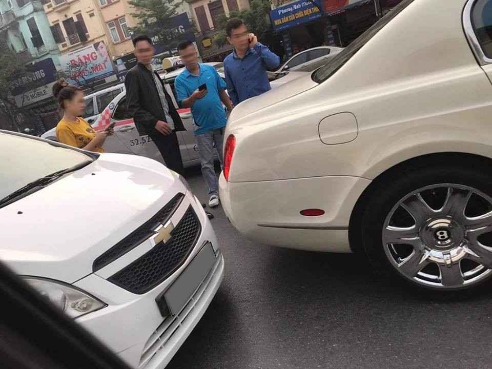 Do bất cẩn, người điều khiển xe Chevrolet Spark đã tông vào đuôi xe Bentley