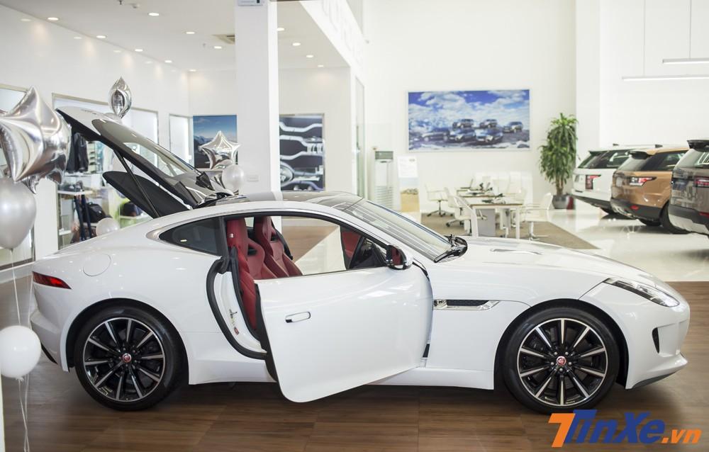 Jaguar F-Type sở hữu số đo DxRxC tương ứng là 4.470 x 1.923 x 1.308mm cùng với chiều dài cơ sở đạt mức 2.622mm.