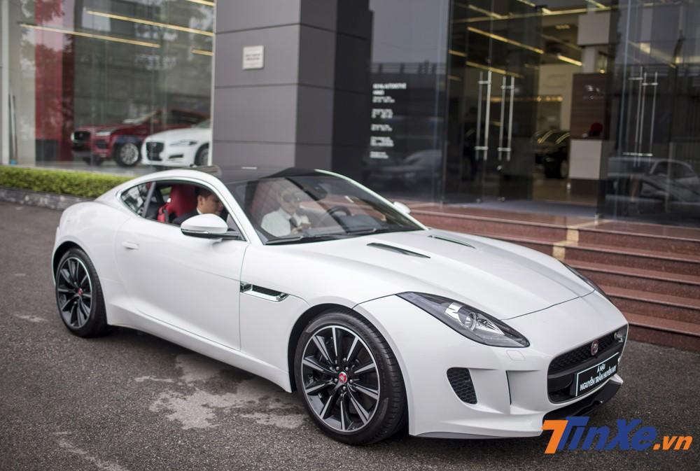 Á hậu Huyền My đã lựa chọn cho mình chiếc Jaguar F-Type phiên bản mui cứng với màu trắng tinh khôi.