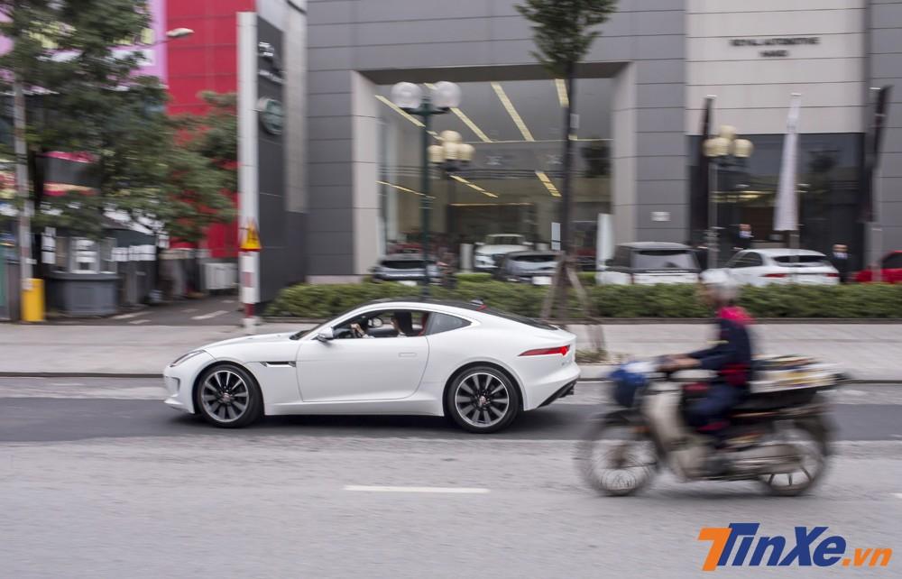 Với động cơ mạnh mẽ như vậy, chiếc Jaguar F-Type của Á hậu Huyền My có khả năng tăng tốc từ 0-100km/h chỉ trong 5,3 giây trước khi đạt tốc độ tối đa 260 km/h.