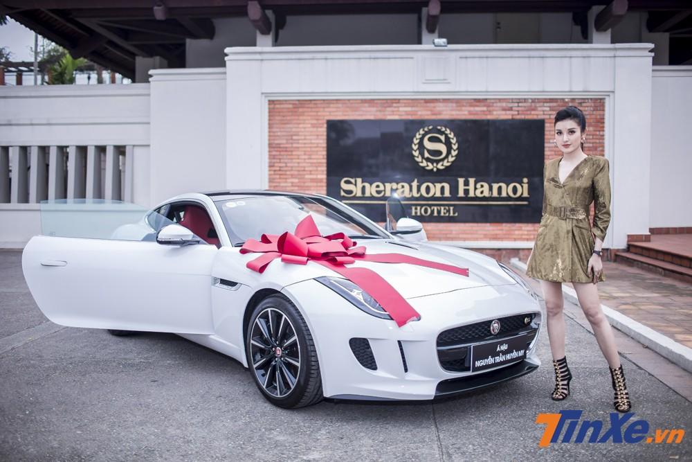 Á hậu Huyền My cùng chiếc Jaguar F-Type mới tậu của mình.