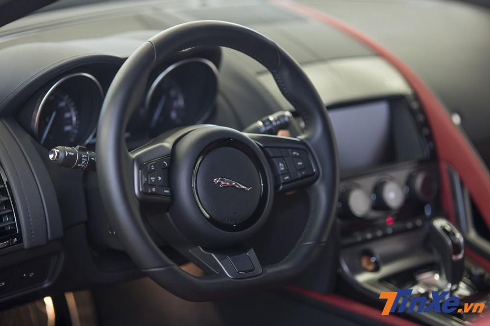 Thêm vào đó là vô-lăng ba chấu được làm vát đáy rất thể thao cũng là điểm cộng khiến Á hậu Huyền My lựa chọn chiếc Jaguar F-Type này.