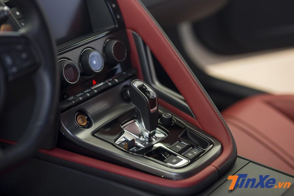 Jaguar F-Type được trang bị cần số điện tử cùng hộp số tự động 8 cấp.