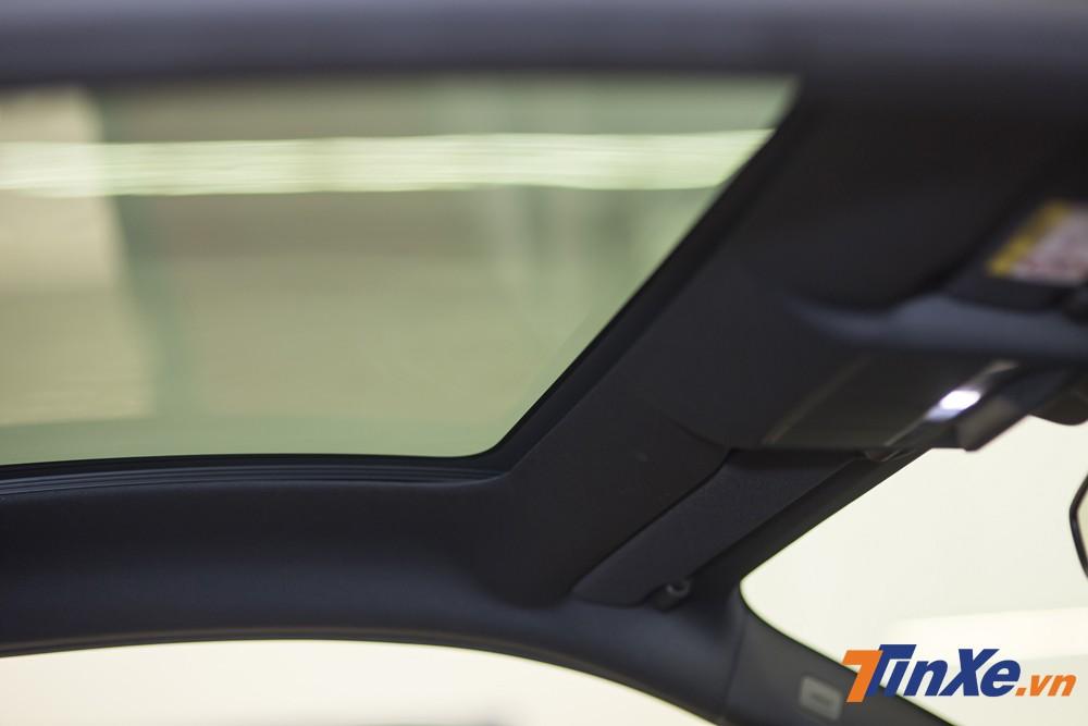 Mặc dù là mẫu xe sở hữu mui cứng nhưng cửa sổ trời cũng là một điểm cộng cho chiếc Jaguar F-Type.