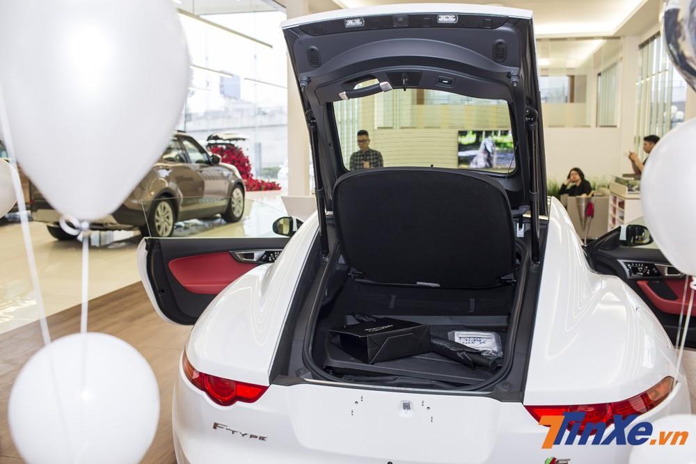 Jaguar F-Type cũng được trang bị thêm một lốp dự phòng ở cốp sau và điều này khiến thể tích khoang hành lý của xe khá hạn chế.