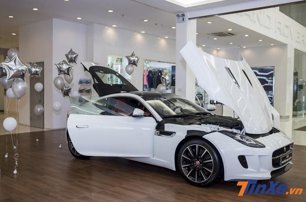 Jaguar F-Type sở hữu khối động cơ đặt ở phía trước với cách mở nắp ca-pô ngược khá thú vị.