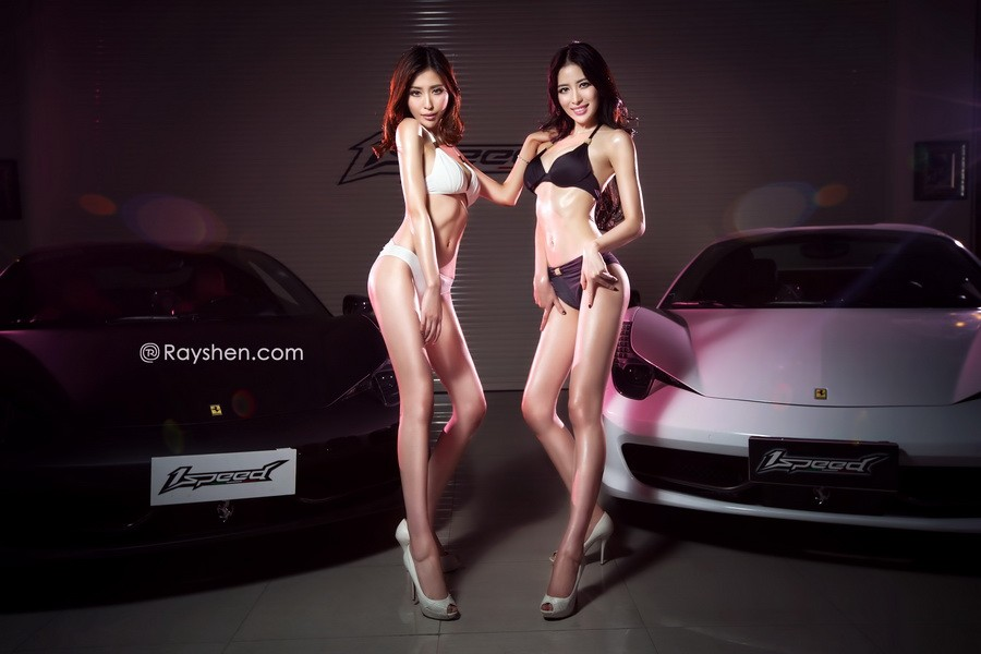 Cặp đôi người mẫu song sinh diện bikini trắng và đen khiến người nhìn hoa cả mắt