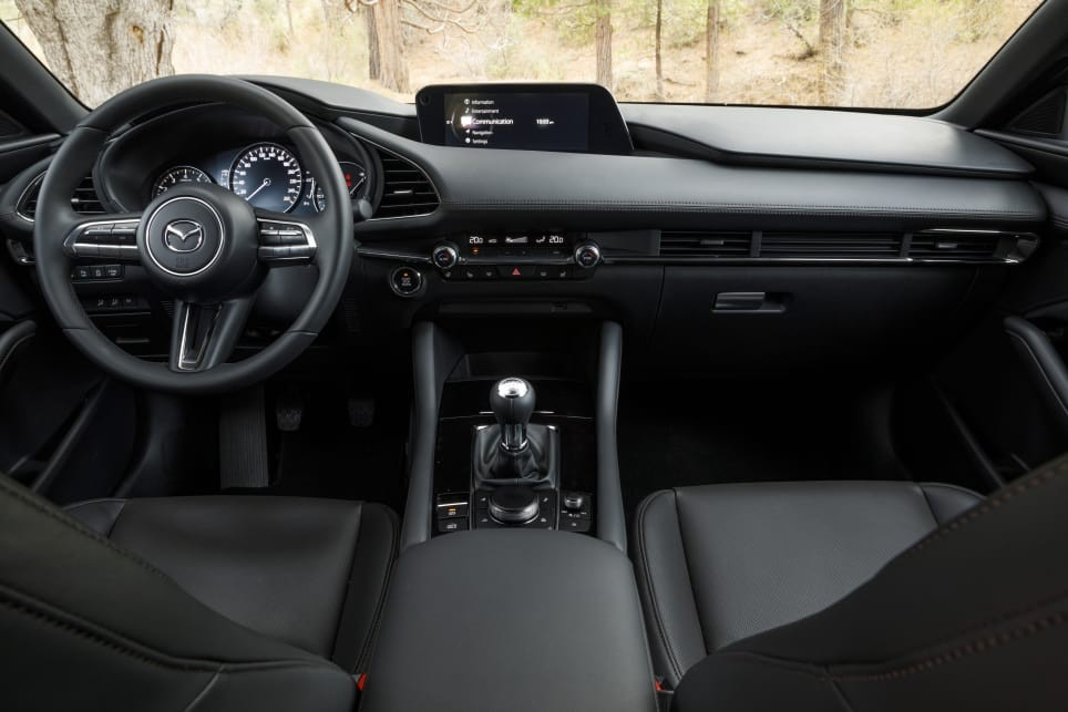 Khoang lái của xe có trang bị công nghệ tốt hơn và chất liệu xịn hơn