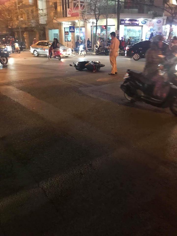Chiếc xe máy của một nạn nhân nằm đổ giữa đường