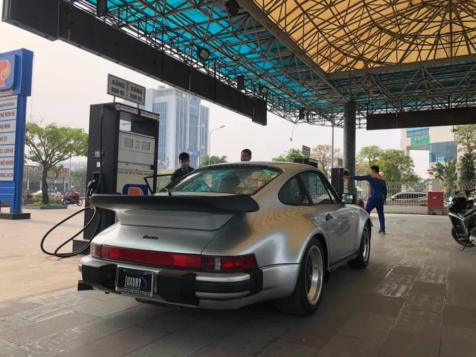 Mẫu xe thể thao cổ Porsche 930 Turbo nhanh chóng được chủ nhân cho đi đổ xăng