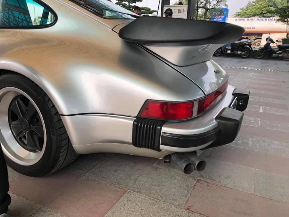 Cặp ống xả kép ở đuôi xe chìa ra 2 bên hông