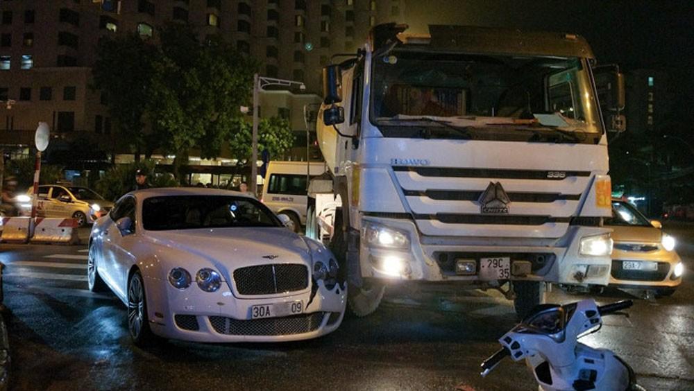 Bentley Continental GT Speed màu trắng xảy ra tai nạn với xe bồn