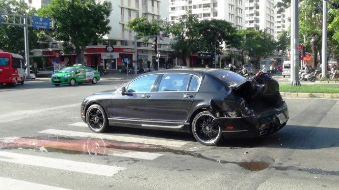 Hậu quả vụ tai nạn của chiếc Bentley Continental Flying Spur độ Mansory độc nhất Việt Nam với xe container
