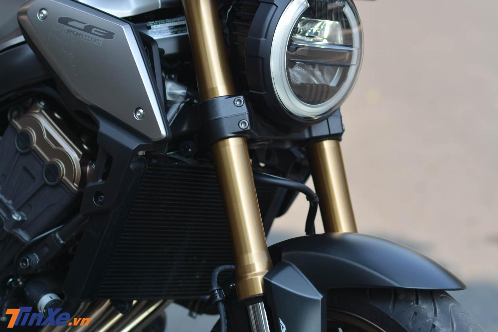 Hệ thống treo trên Honda CB650R 2019 bao gồm cặp phuộc ống lồng hành trình ngược SFF của Showa