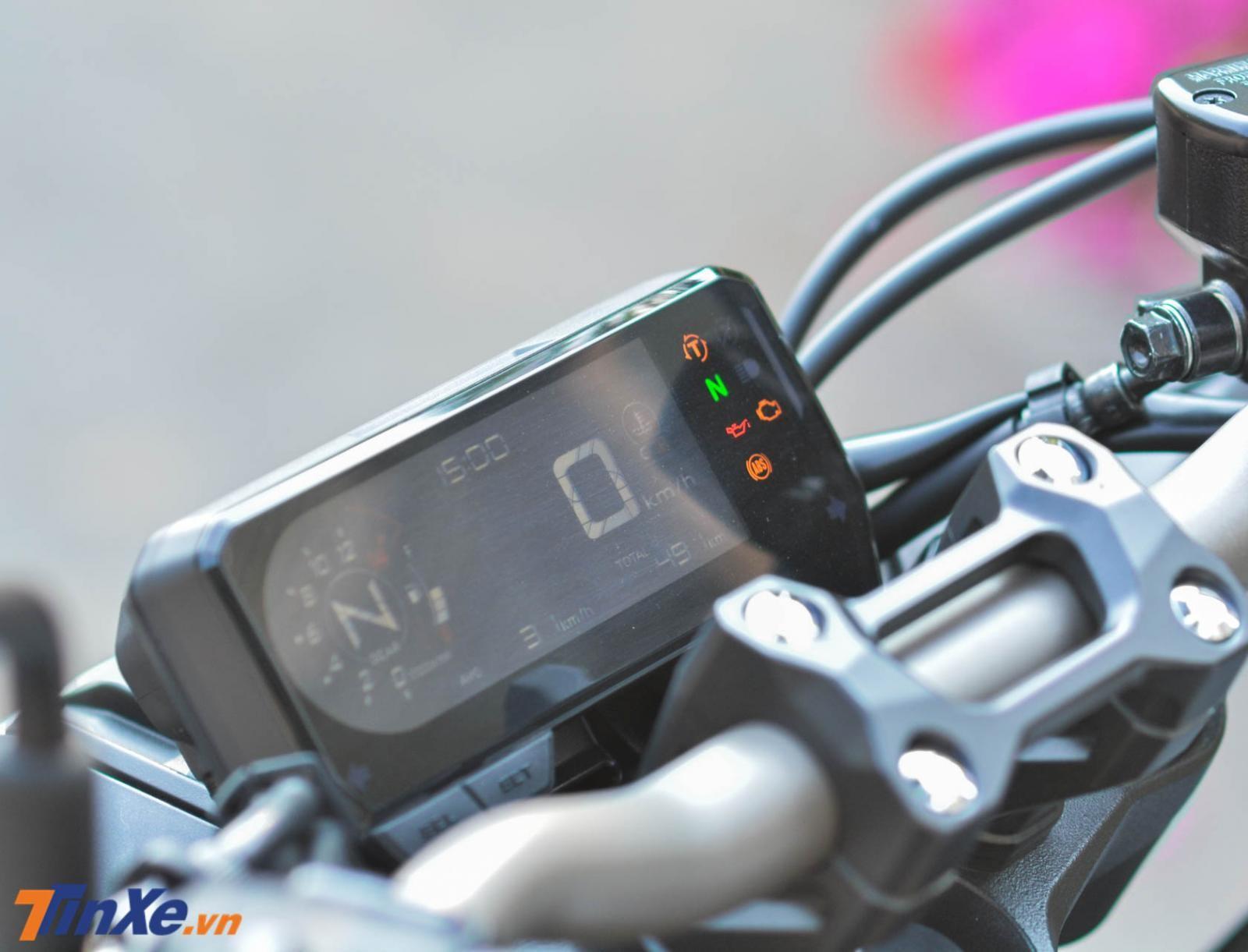Phía trên ghi đông của Honda CB650R 2019 là bảng đồng hồ kỹ thuật số toàn phần thiết kế rất đẹp mắt
