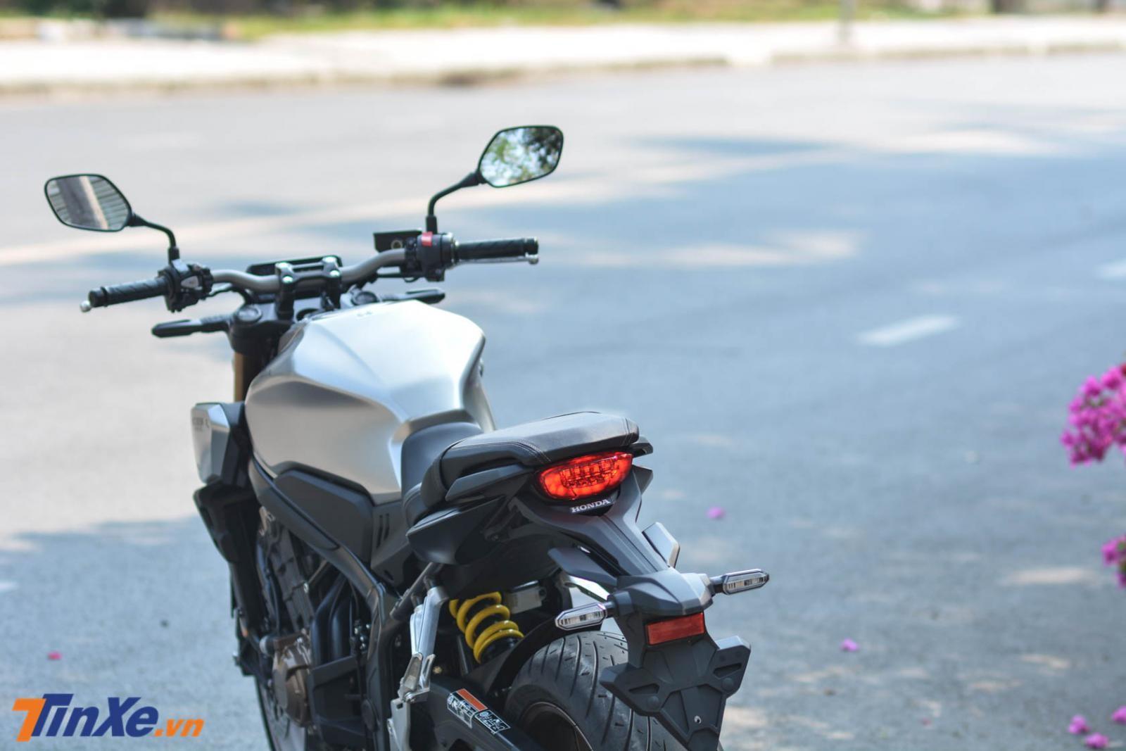 Đèn hậu xe thiết kế đơn giản và sử dụng công nghệ đèn LED