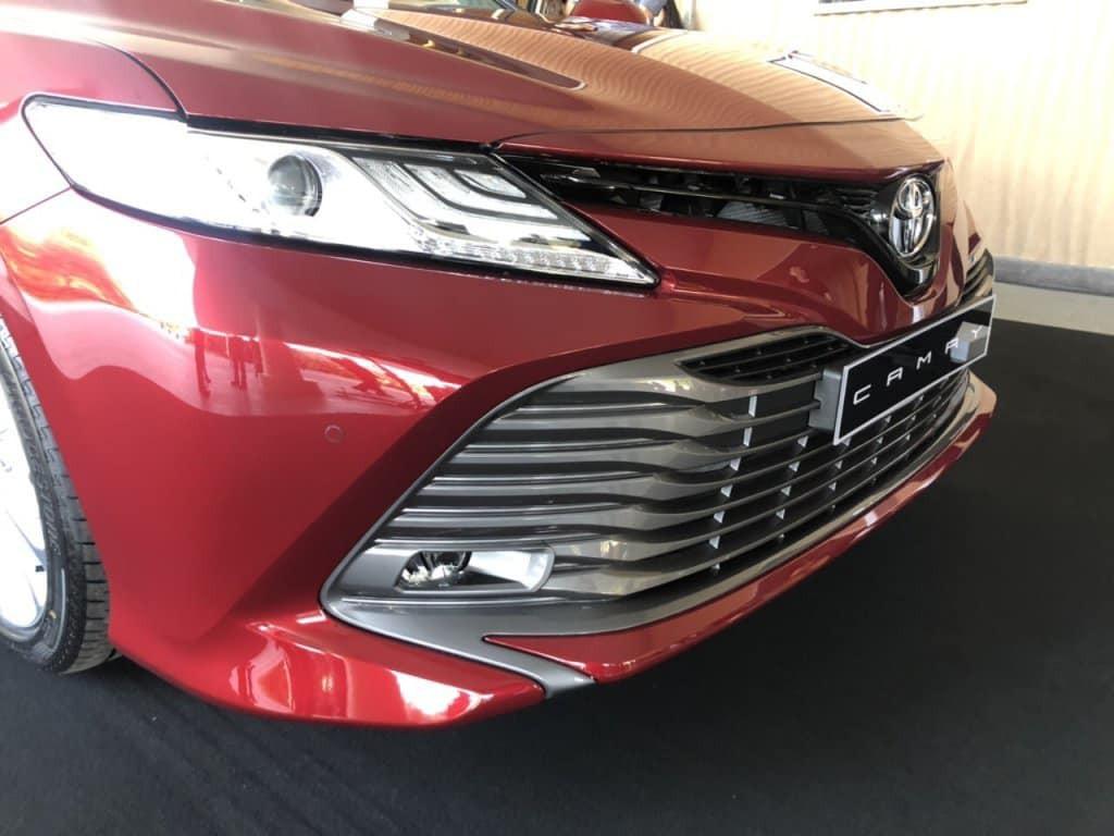 Thiết kế ngoại thất không có gì khác so với 2 mẫu Camry 2019 mới được đưa về kho. Phần đầu xe là lưới tản nhiệt cỡ lớn vuốt xuống cản trước sắc lẹm. Phía bên trên là đèn pha Hi-LED cùng các cảm biến va chạm đầy đủ cả trước lẫn sau