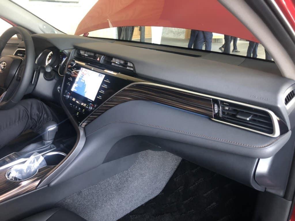 Nội thất bên trong xe giống với phiên bản Mỹ, hiện đại và sang trọng hơn nhờ những chi tiết bọc da, ốp gỗ và viền kim loại