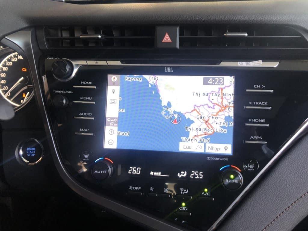 Xung quanh màn hình trung tâm là các nút điều khiển hệ thống giải trí, điều hòa tự động 3 vùng độc lập, sấy kính trước/sau. Ngoài ra, phía trên màn hình có chữ JBL ám chỉ xe sẽ được trang bị hệ thống âm thanh đến từ thương hiệu cao cấp này