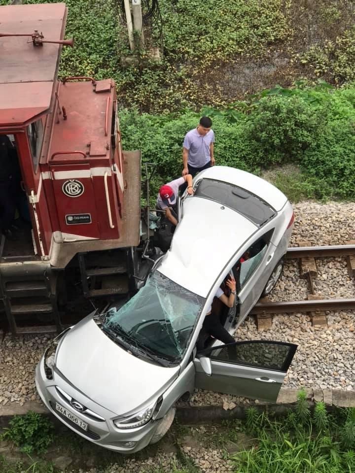 Chiếc xe bị đâm hư hỏng nặng phía ghế phụ