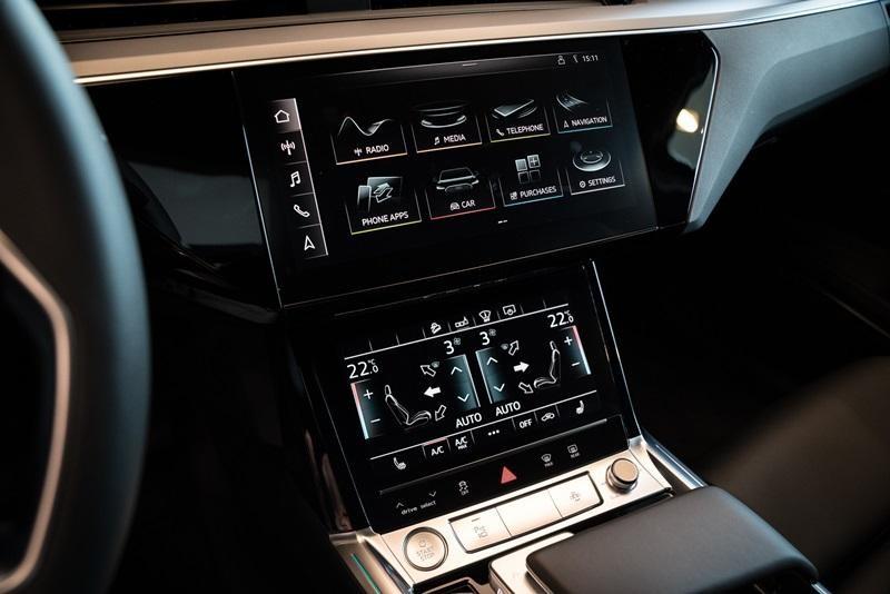 Màn hình 10,1 inch và 8,6 inch của Audi e-tron 55 quattro 2019