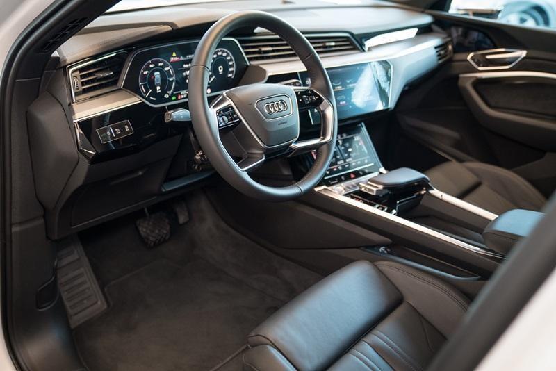 Bảng đồng hồ kỹ thuật số Virtual Cockpit Plus với màn hình 12,3 inch của Audi e-tron 55 quattro 2019