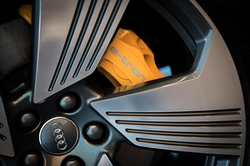 Cùm phanh màu cam của Audi e-tron 55 quattro 2019