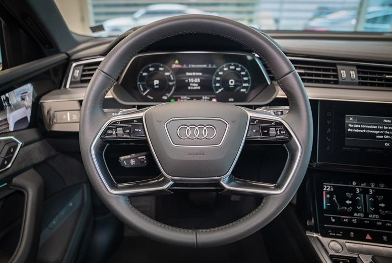 Vô lăng đa chức năng của Audi e-tron 55 quattro 2019