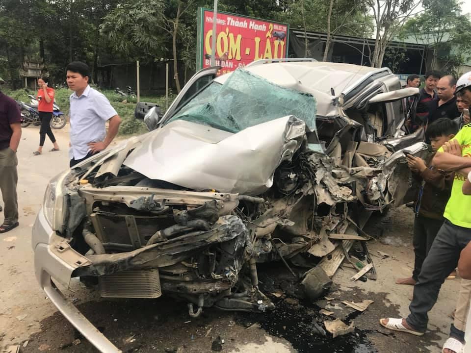 Chiếc SUV 7 chỗ Ford Everest bẹp dúm sau vụ tai nạn trực diện