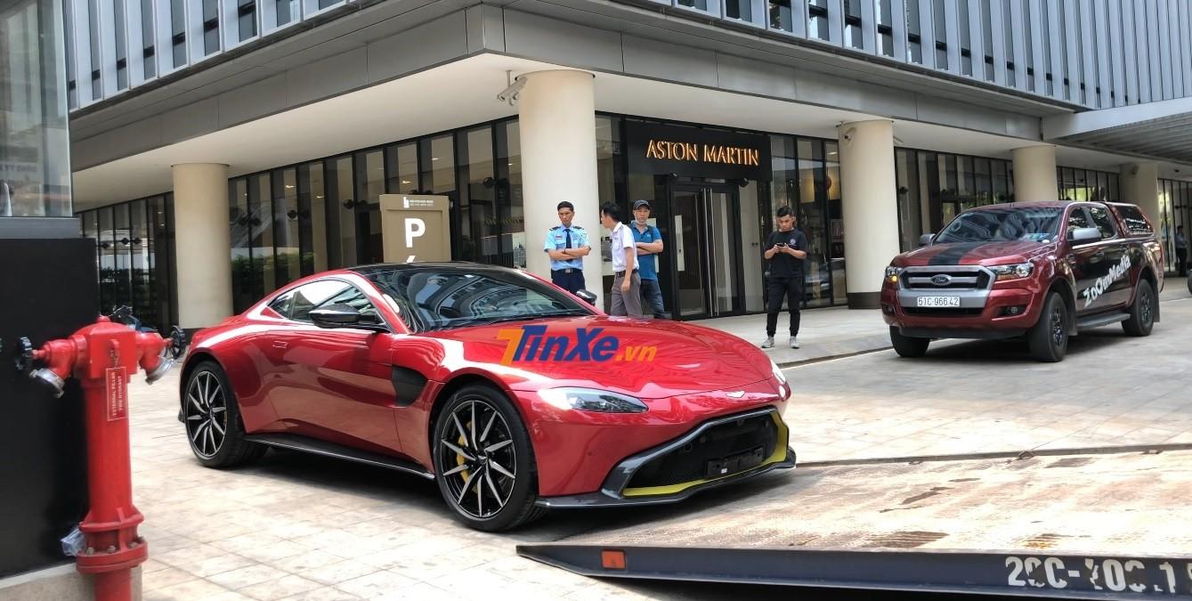 Siêu xe Aston Martin V8 Vantage 2018 vận chuyển bằng xe chuyên dụng từ Hà Nội vào trong Nam